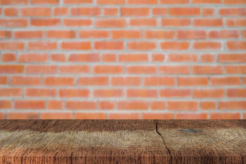 Table en bois marron vide avec fond de texture de mur en briques rouges floues images libres de droits