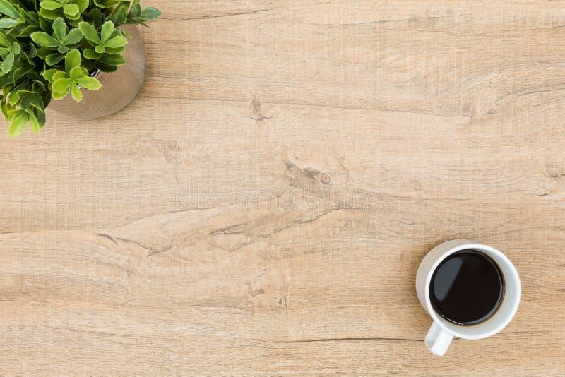 Table en bois minimale avec du café et une petite plante Vue sup?rieure avec l'espace de copie, configuration plate photos stock