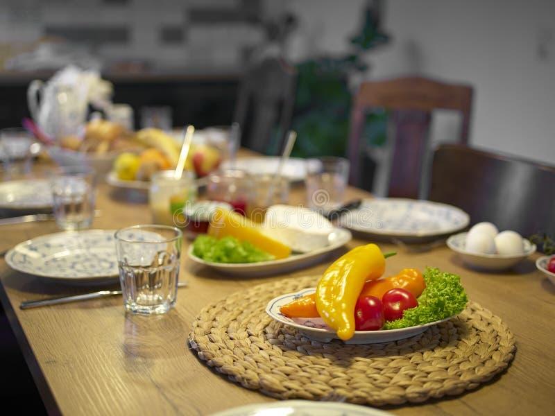 Table en bois mise pour le petit déjeuner concentré sur des paprikas photo libre de droits