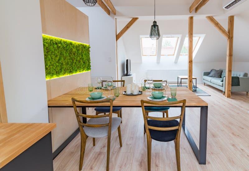 Table en bois réglée dans la salle à manger moderne image libre de droits