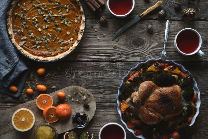Table en bois servie au dîner de thanksgiving horizontal images libres de droits