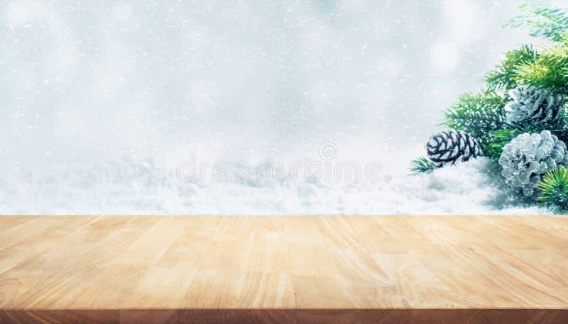 Table en bois sur l'arbre de sapin, cônes de pin, chutes de neige Ornement de Noël image stock