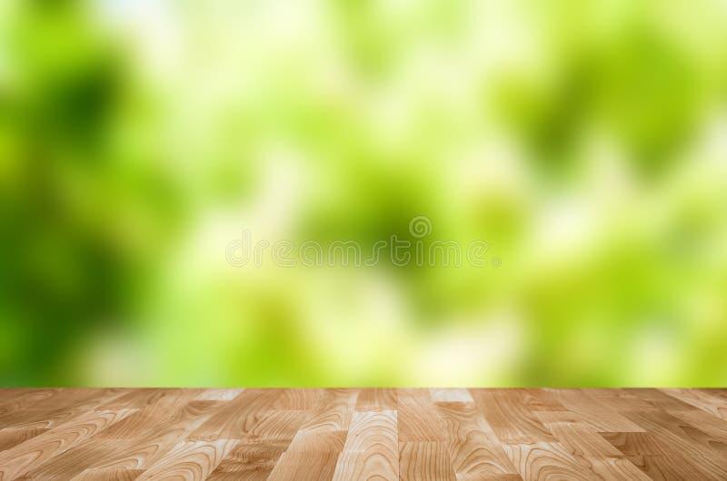 Table en bois vide avec le bokeh de jardin photo stock