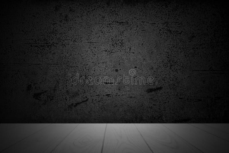 Table en bois vide de plate-forme au-dessus de fond noir abstrait avec la texture âgée affligée approximative pour le produit act image stock