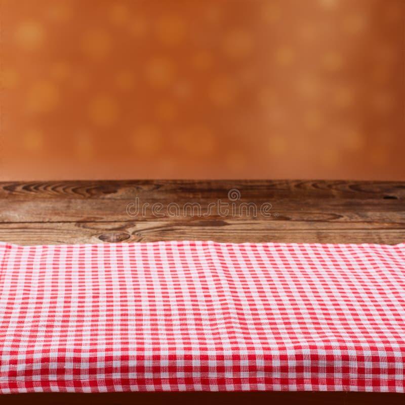 Table en bois vide de plate-forme avec la nappe photo stock