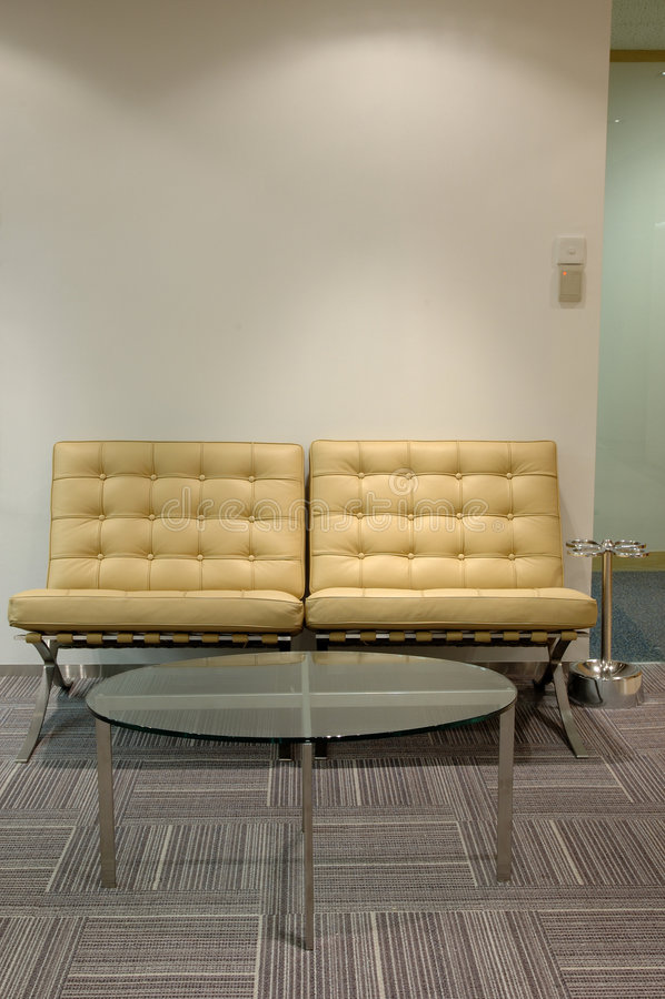 Table en cuir de sofa et en verre image libre de droits