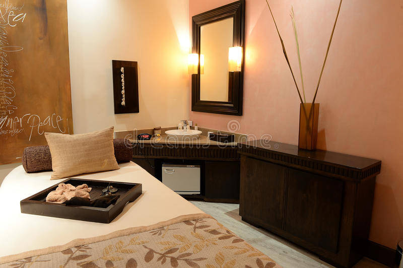 Table et évier de massage dans la station thermale photographie stock