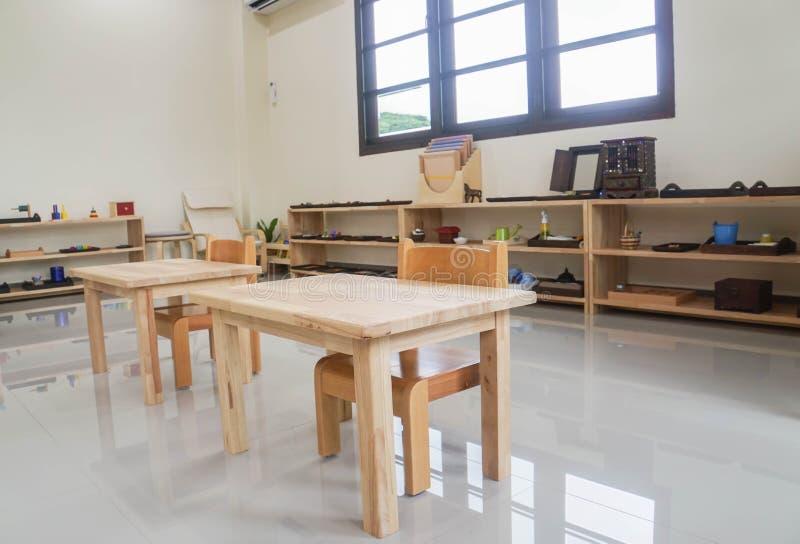 Table et chaise en bois pour des enfants en Montessori photographie stock libre de droits