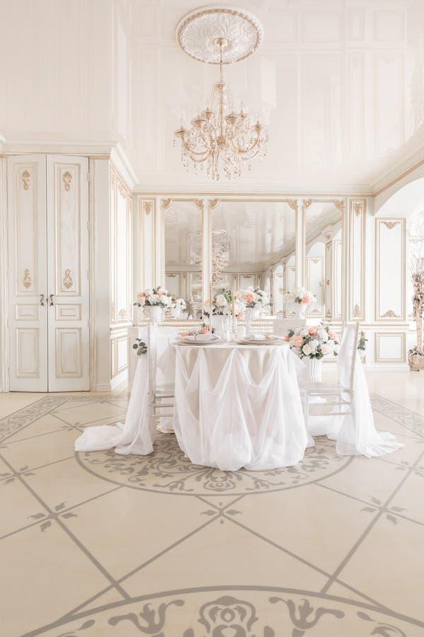 table et chaises décorées pour un dîner de fête Décor de luxe avec la lumière du jour studio photographique moderne Source légère images stock