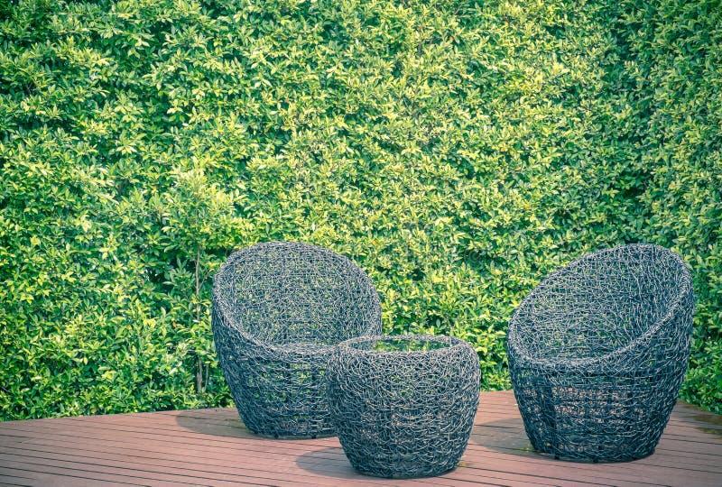 Table et chaises de jardin de rotin photographie stock libre de droits