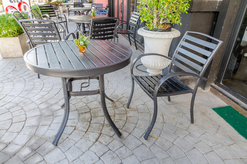 Table et chaises dehors en bois photos stock