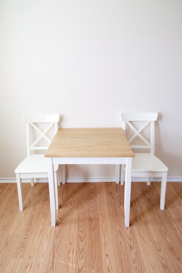 Table et chaises dinning en bois de pièce photographie stock