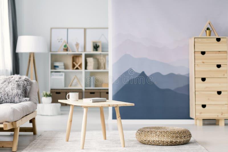Table et pouf en bois photo stock. Image du couverture - 116808856