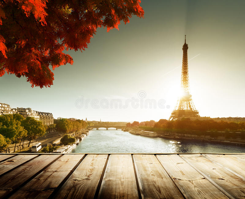 Table et Tour Eiffel en bois de plate-forme image libre de droits
