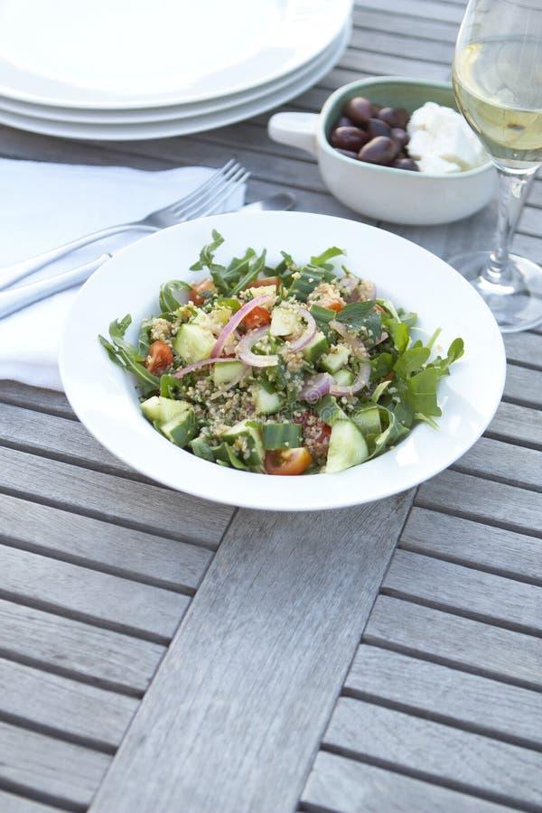 table extérieure de salade de couscous image stock