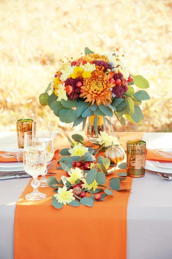 Table extraordinairement décorée pour deux Arrangement orienté de table d'automne photos libres de droits