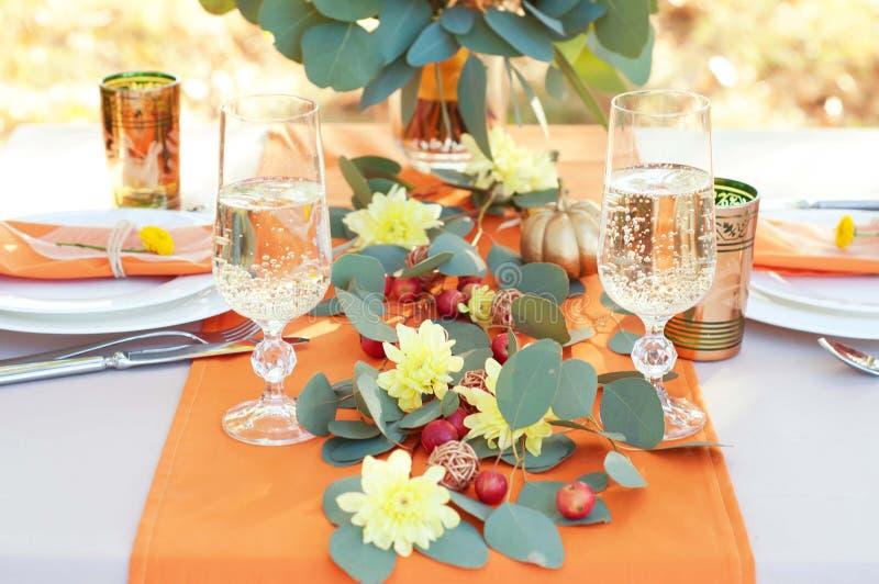 Table extraordinairement décorée pour deux Arrangement orienté de table d'automne photographie stock