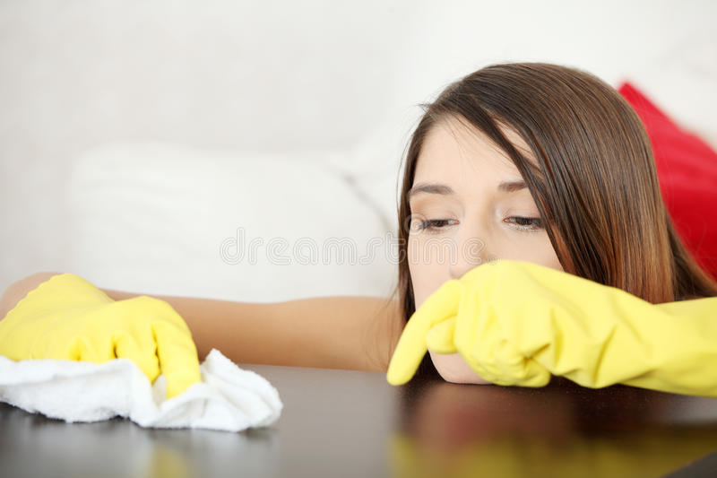 Table fatiguée de meubles de nettoyage de jeune femme images stock
