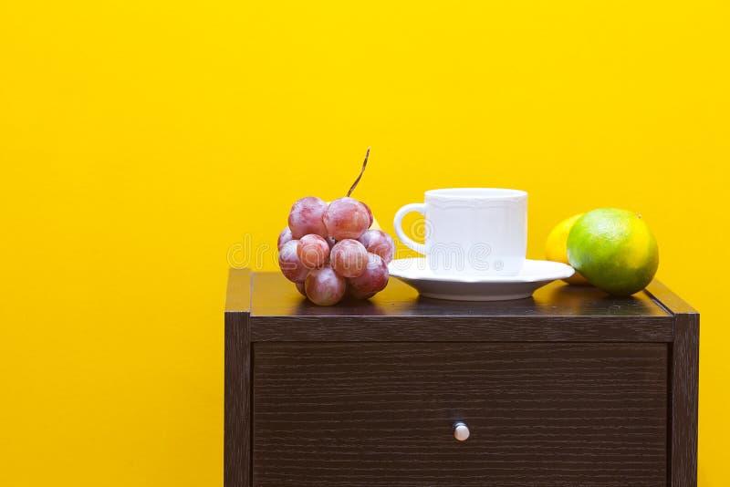 Table, fruits et cuvette de chevet image libre de droits
