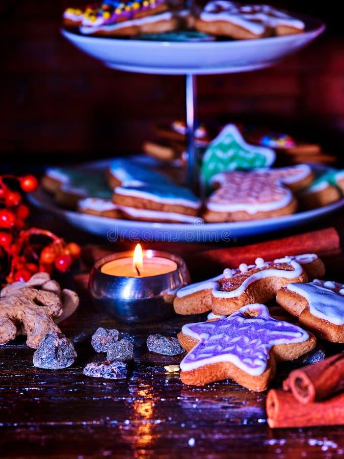 Table légère de bougie avec des biscuits de pain d'épice de Noël photos stock