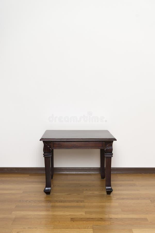 Table latérale en bois fabriquée à la main avec le copyspace image stock