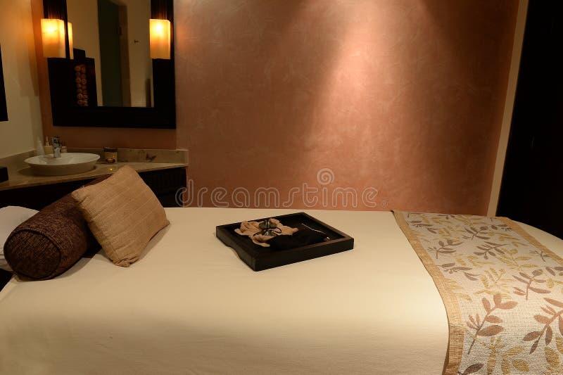 Table luxueuse de massage photographie stock libre de droits