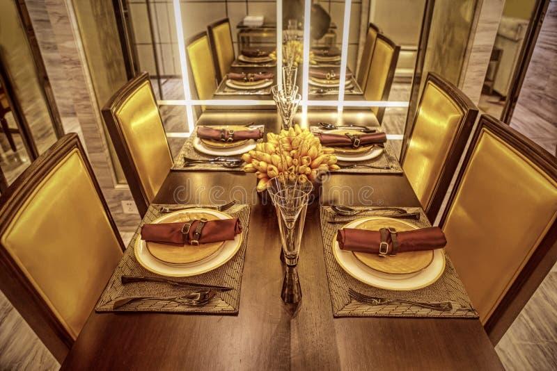table mise dans la salle à manger image libre de droits