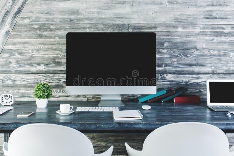 Table moderne avec l'ordinateur vide photos libres de droits