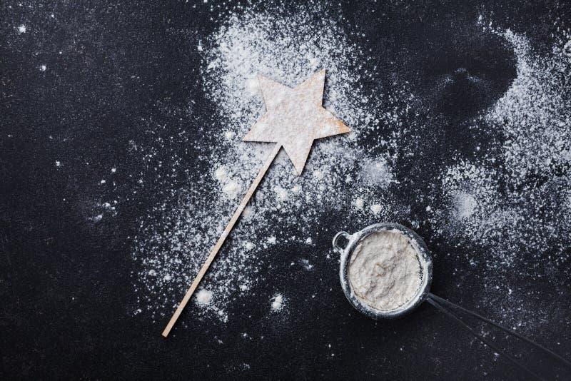 Table noire avec de la farine pour la cuisson de Noël Vue supérieure photographie stock libre de droits