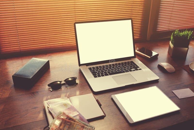 Table réussie d'homme d'affaires ou d'entrepreneur avec des accessoires de style images libres de droits