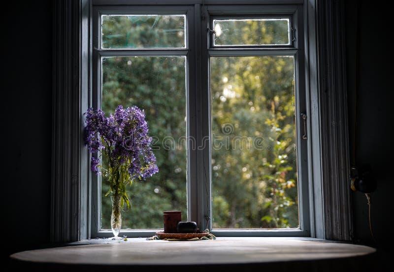 Table Ronde Par La Fenêtre Dans La Vieille Maison De Campagne De
