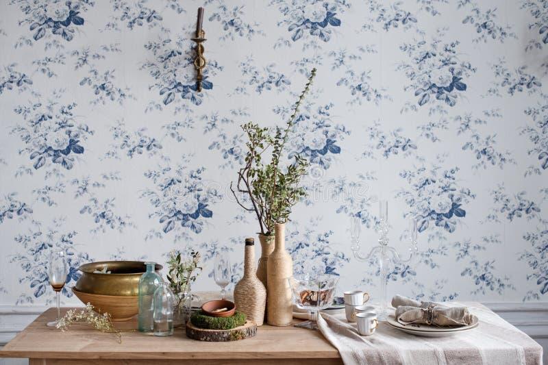 table rustique de configuration Intérieur écologique de vintage de conception avec du bois, les tasses antiques, les plats et les photographie stock libre de droits