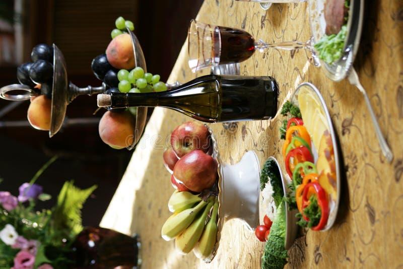 Table servie avec le fruit et le vin de repas images libres de droits