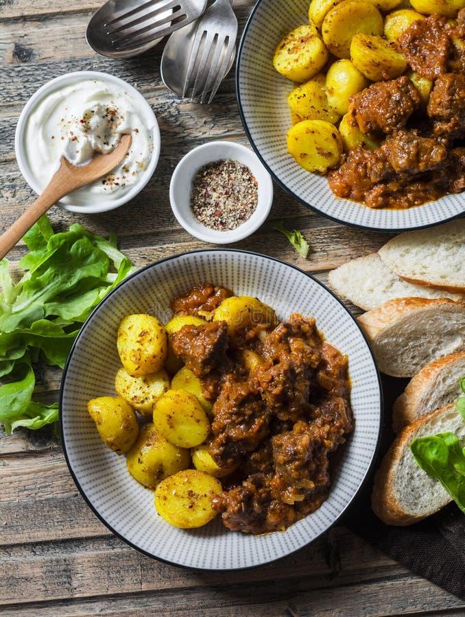 Table servie de déjeuner - ragoût de boeuf irlandais avec des pommes de terre de safran des indes de Bombay Nourriture saisonnièr photo stock