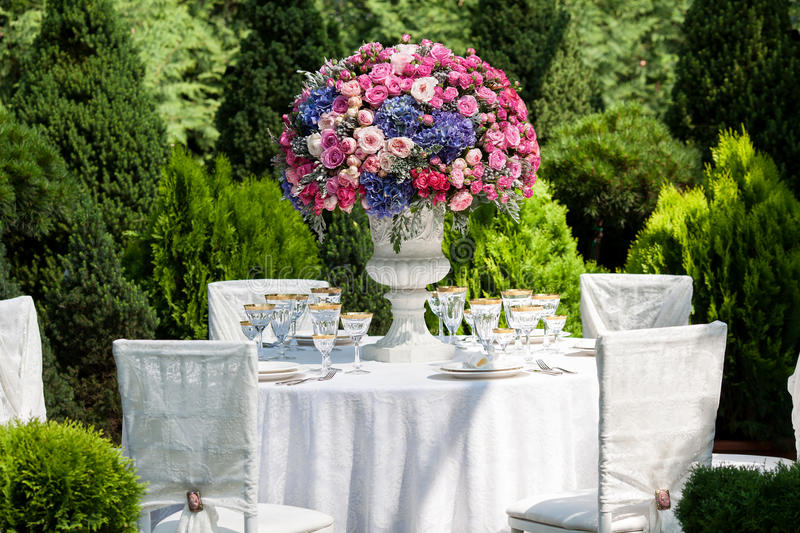 Table setting at a luxury wedding reception in the garden royalty free stock photos