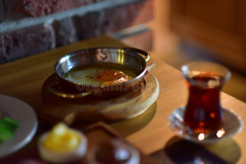 Table turque d'oeufs et de thé photos stock