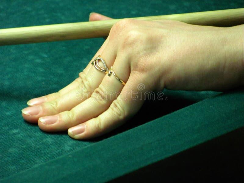 Table verte de billard dans le hall avec les boules blanches avec la main de femme image libre de droits