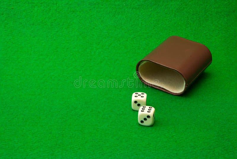 Table verte de casino avec des matrices photos stock