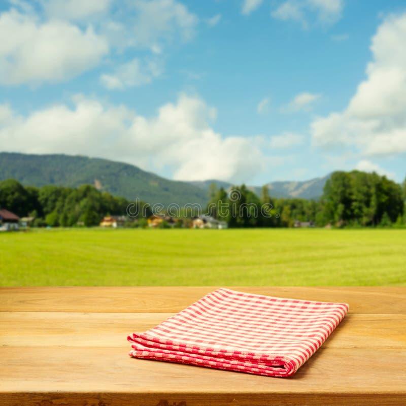 Table vide couverte de nappe vérifiée au-dessus de beau paysage photo libre de droits