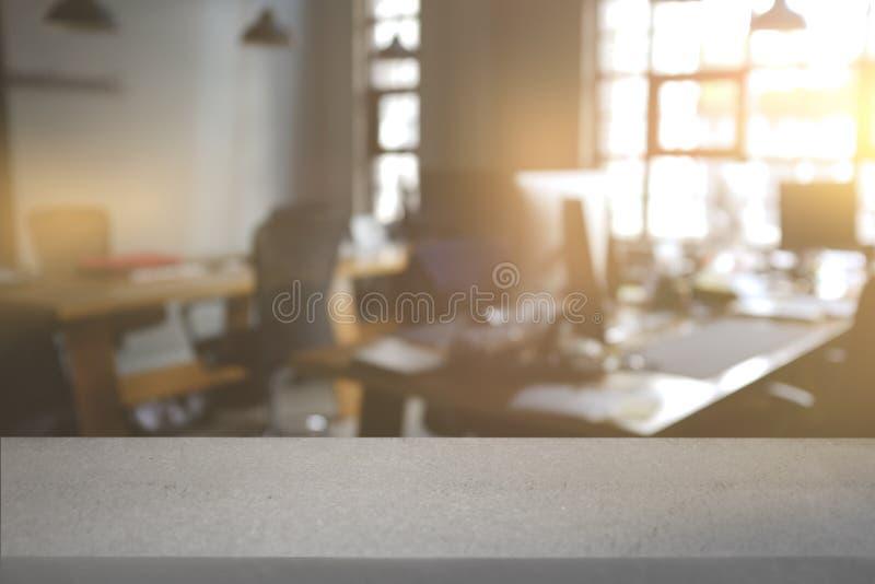 Table vide de conseil blanc avec le fond intérieur de bureau de l'espace de tache floue de grenier peuvent être employés pour l'a photographie stock
