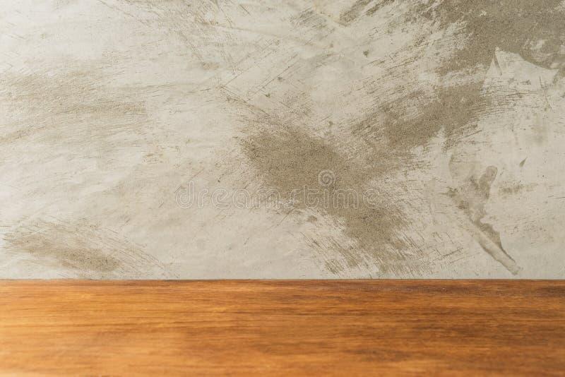 Table vide de conseil en bois devant le fond concret photo libre de droits