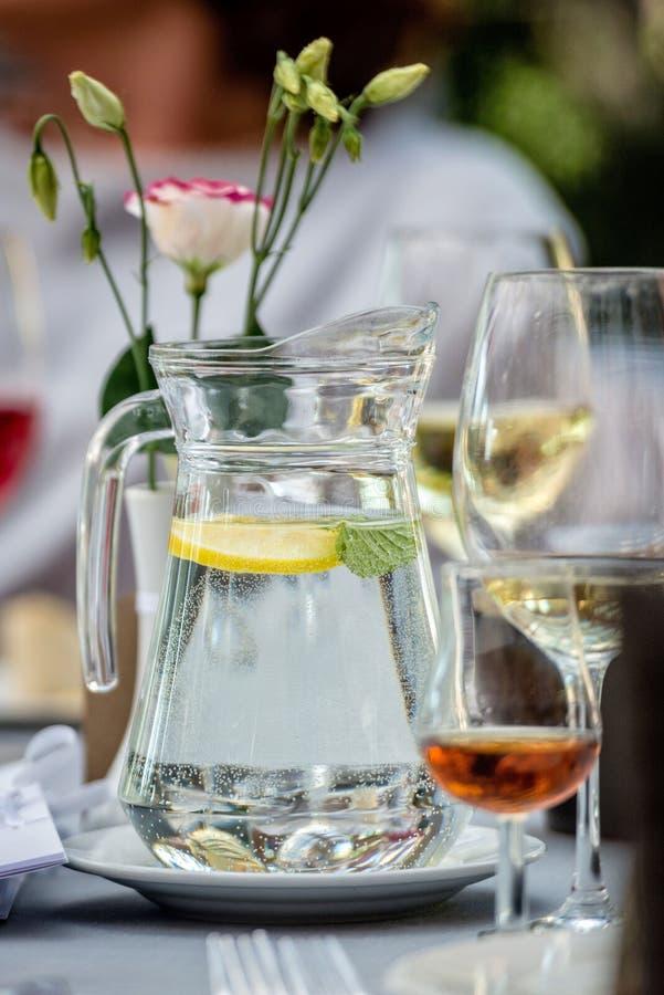 L 39 eau de table de cruche en verre image stock image du - Place du verre a eau sur une table ...