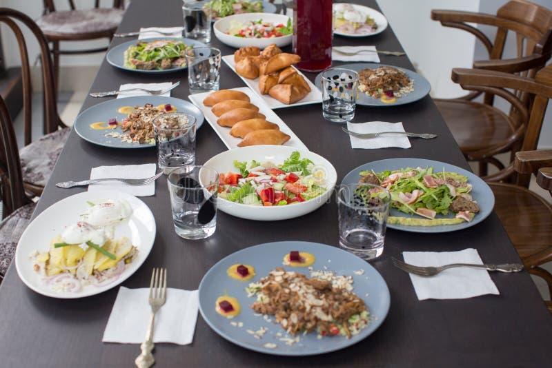 Tableau étendu pour un dîner de famille photos libres de droits
