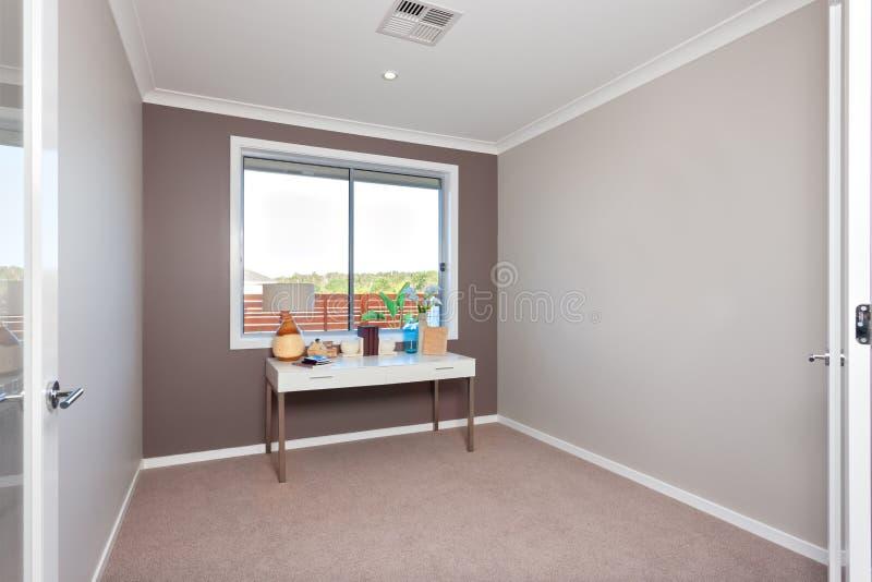 Tableau avec des articles de décoration d'isolement près de la fenêtre dans une salle moderne avec le tapis sur le plancher photographie stock