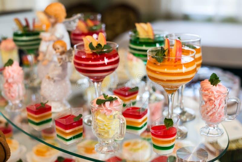 Tableau avec des bonbons, gâteau d'anniversaire, cocktails, pâtisseries image stock