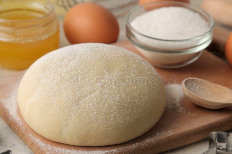 Tableau avec des ingrédients de traitement au four plan rapproché de la pâte et beurre, oeufs, sucre, lait, cannelle, amandes sur photos libres de droits
