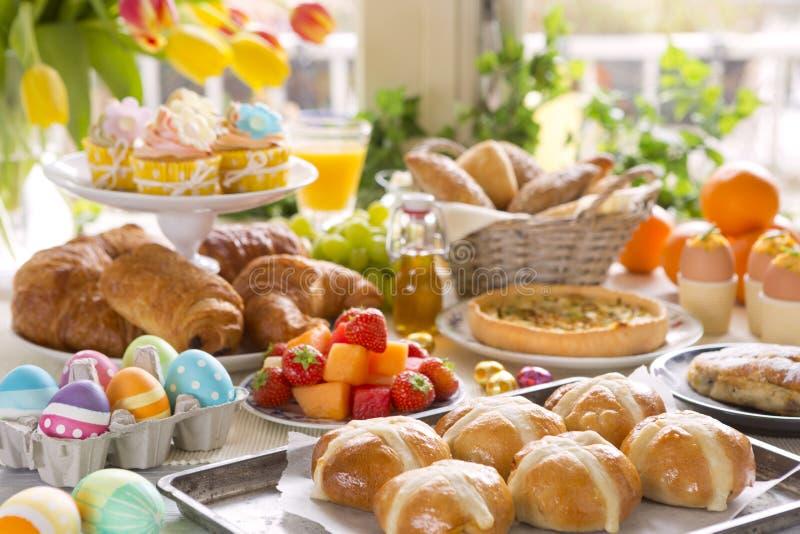 Tableau avec l'épicerie fine prête pour le brunch de Pâques photo stock