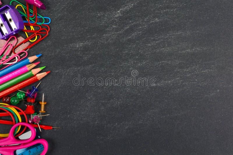 Tableau avec la frontière de côté de fournitures scolaires images stock