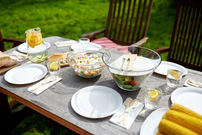 Tableau avec la nourriture pour le dîner à la réception en plein air d'été photos libres de droits