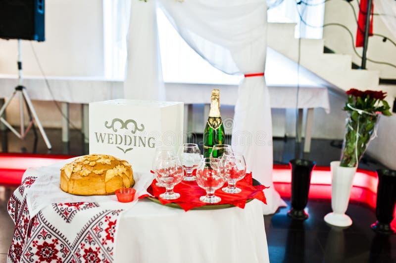 Tableau avec le champagne et les verres sur la cérémonie de mariage photos stock